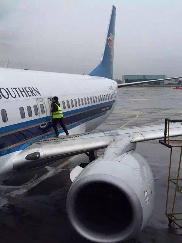"""Máy bay trễ chuyến vì hành khách muốn """"hít thở chút không khí"""" ảnh 2"""