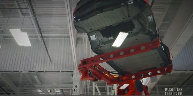 Cận cảnh nhà máy sản xuất xe hơi với 150 robot của Tesla ảnh 10