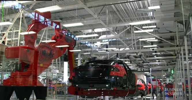 Cận cảnh nhà máy sản xuất xe hơi với 150 robot của Tesla ảnh 16