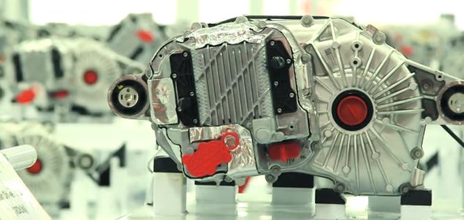 Cận cảnh nhà máy sản xuất xe hơi với 150 robot của Tesla ảnh 4
