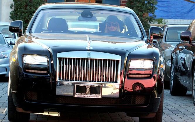 """""""Nữ hoàng tiệc tùng"""" Paris Hilton dùng Rolls Royce Ghost trị giá 250.000 USD"""
