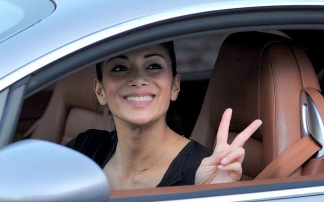 Nữ ca sĩ gợi cảm Nicole Scherzinger dùng siêu xe Bentley Continental GT trị giá 112.000 USD