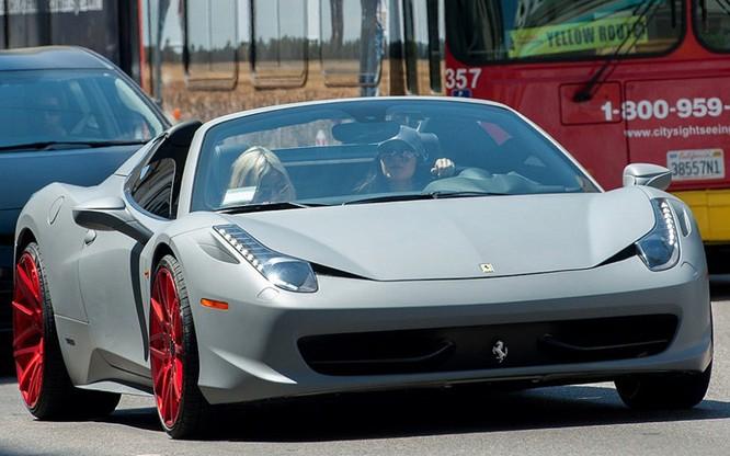 Người mẫu Kylie Jenner đi siêu xe Ferrari 458 Italia trị giá 240.000 USD