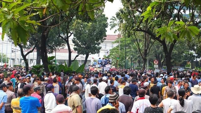 Indonesia: Lái xe ba bánh, xe bus, taxi xuống đường biểu tình chống Uber ảnh 1