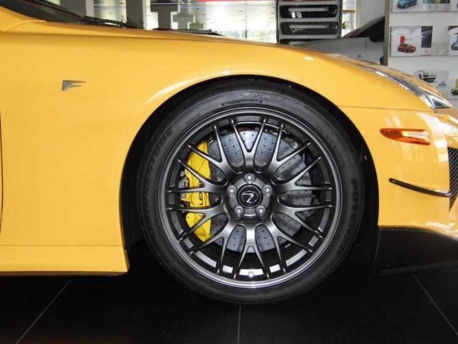 So với các phiên bản LFA bình thường, LFA Nurburgring có thể đạt hiệu năng vận hành cực cao nhờ có gói trang bị Nurburgring mới gồm bộ mâm hợp kim siêu nhẹ, lốp xe đua cùng hệ thống treo cứng hơn, có thể điều chỉnh linh hoạt hơn.