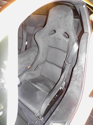 Các ghế ngồi của chiếc xe được thay bằng loại ghế xe đua có khung bằng sợi carbon của hãng Recaro và chỉ có thể điều chỉnh bằng tay. Đây là một sự