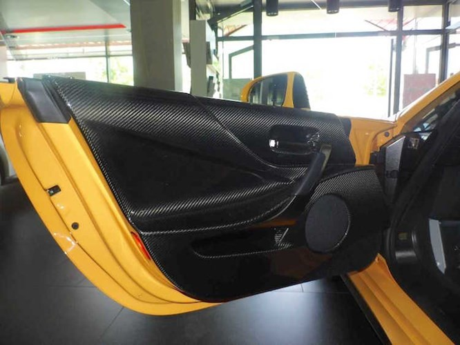 Ngay cả những tấm ốp cửa của xe cũng được làm bằng sợi carbon. Với các cải tiến mới, chiếc Lexus LFA Nurburgring đã có thể hoàn thành một vòng đường đua Nurburgring ở Đức trong 7:14.64 - đứng trong top 5 xe nhanh nhất tại đây mặc dù chỉ dùng lốp thường Bridgestone Potenza RE070.
