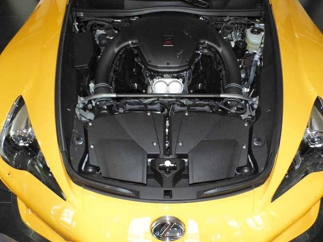 Đương nhiên, thành công của LFA Nurburgring Edition còn nằm ở khối động cơ V10 5.0l nạp khí tự nhiên đã có công suất tăng thêm 10 mã lực so với phiên bản thường, đạt 563 mã lực cùng hộp số có thời gian chuyển số nhanh hơn 0,05 giây.