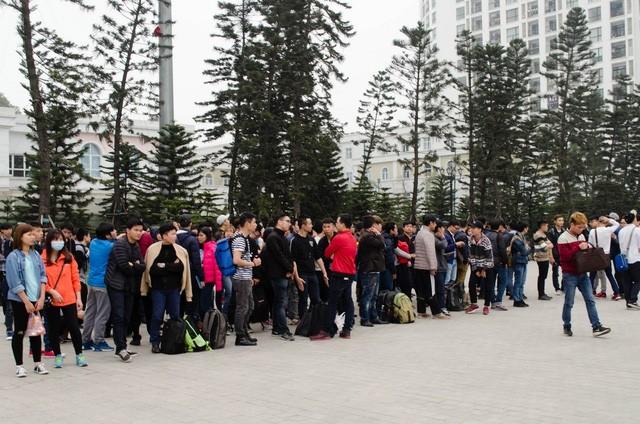 Hàng trăm người sẵn sàng xếp hàng qua đêm chờ siêu phẩm Galaxy S7 edge ảnh 9