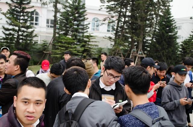 Hàng trăm người sẵn sàng xếp hàng qua đêm chờ siêu phẩm Galaxy S7 edge ảnh 5