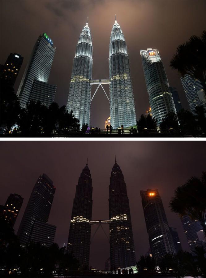 Tháp Petronas ở Malaysia trong Giờ Trái Đất