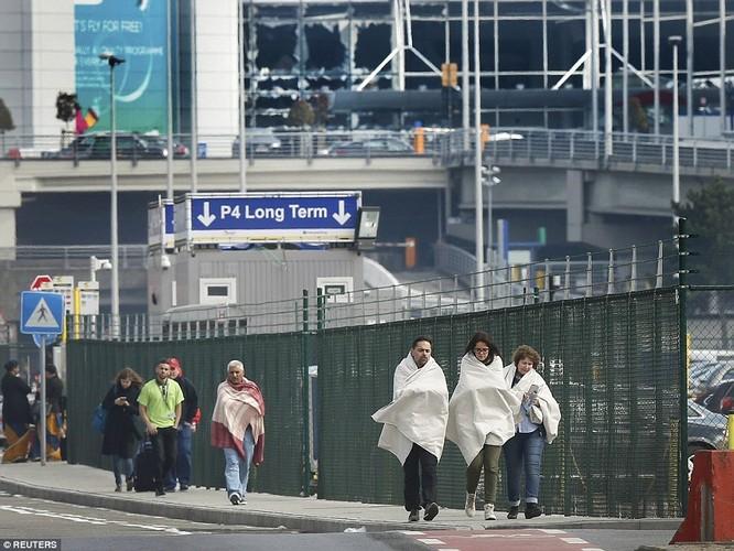 Khủng bố ở Bỉ: Chìm trong hoảng loạn và khói bụi dày đặc ảnh 20