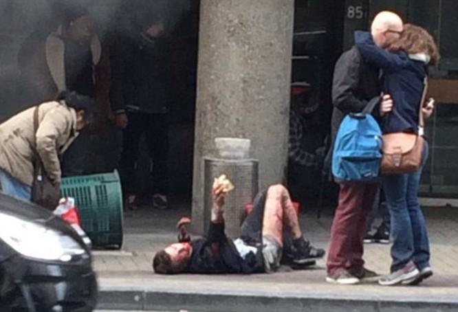 Khủng bố ở Bỉ: Chìm trong hoảng loạn và khói bụi dày đặc ảnh 11