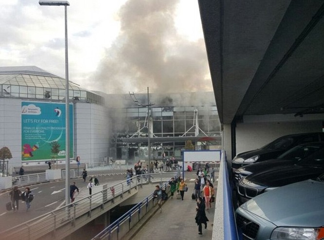 Khủng bố ở Bỉ: Chìm trong hoảng loạn và khói bụi dày đặc ảnh 19