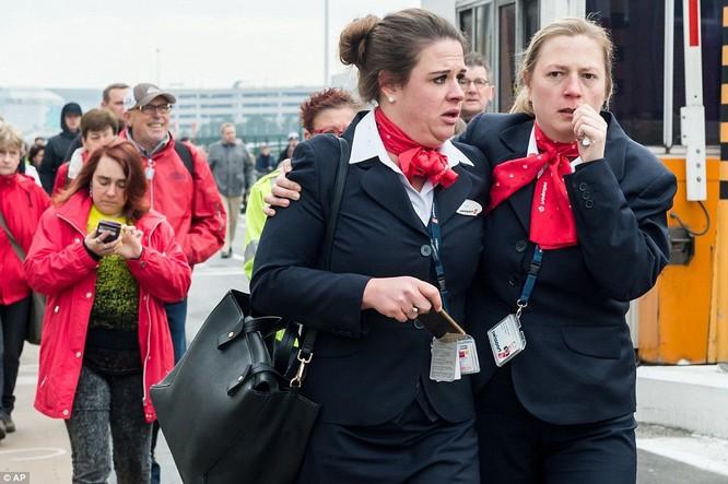 Khủng bố ở Bỉ: Chìm trong hoảng loạn và khói bụi dày đặc ảnh 22