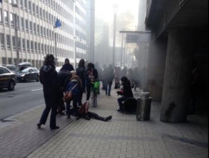 Khủng bố ở Bỉ: Chìm trong hoảng loạn và khói bụi dày đặc ảnh 26
