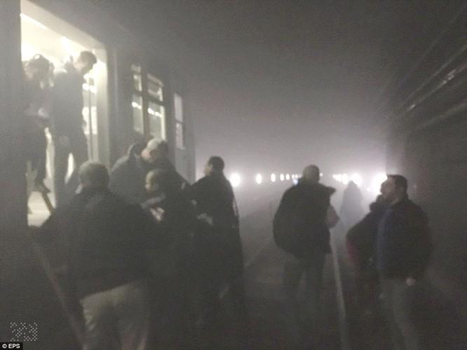 Khủng bố ở Bỉ: Chìm trong hoảng loạn và khói bụi dày đặc ảnh 28