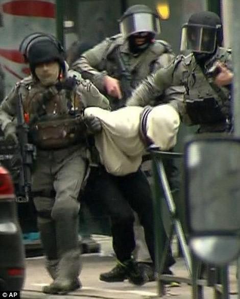 Khủng bố ở Bỉ: Chìm trong hoảng loạn và khói bụi dày đặc ảnh 35