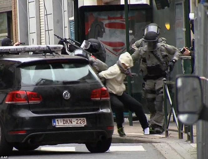 Khủng bố ở Bỉ: Chìm trong hoảng loạn và khói bụi dày đặc ảnh 36