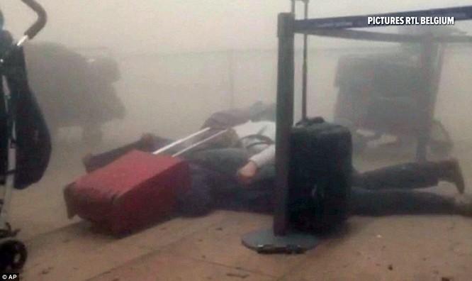 Khủng bố ở Bỉ: Chìm trong hoảng loạn và khói bụi dày đặc ảnh 1