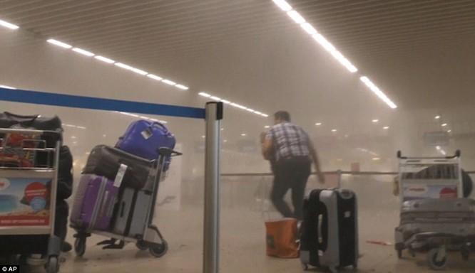 Khủng bố ở Bỉ: Chìm trong hoảng loạn và khói bụi dày đặc ảnh 3