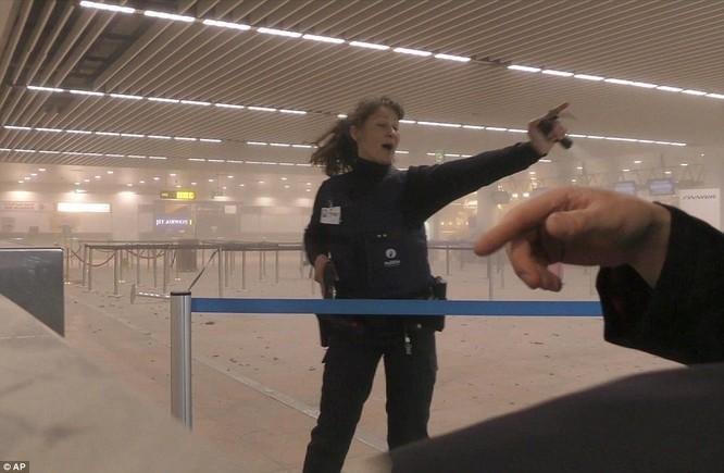 Khủng bố ở Bỉ: Chìm trong hoảng loạn và khói bụi dày đặc ảnh 4