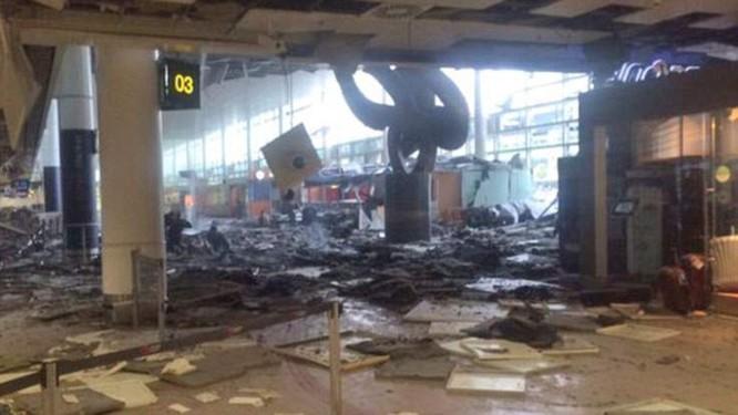 Khủng bố ở Bỉ: Chìm trong hoảng loạn và khói bụi dày đặc ảnh 8