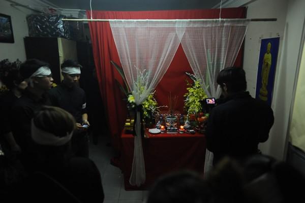 Trên đường di quan, xe tang đưa linh cữu Trần Lập ghé qua nhà để làm lễ cho anh.