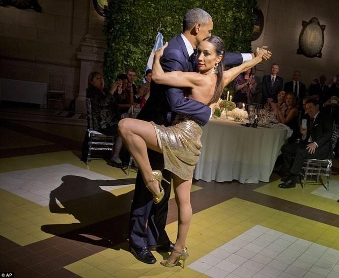 Video: Tổng thống Mỹ vụng về nhảy Tango ở Argentina ảnh 1