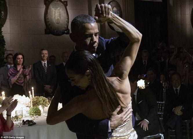 Video: Tổng thống Mỹ vụng về nhảy Tango ở Argentina ảnh 3
