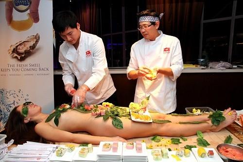 Khám phá nghệ thuật Nyotaimori trên cơ thể trinh nữ ảnh 1