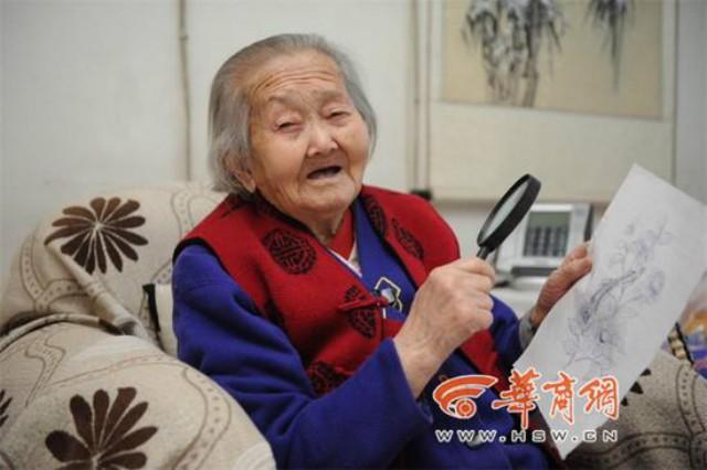 Tròn mắt xem cụ bà 100 tuổi dùng kính lúp vẽ tranh ảnh 2