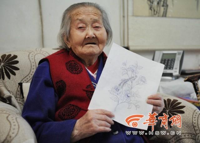 Tròn mắt xem cụ bà 100 tuổi dùng kính lúp vẽ tranh ảnh 3