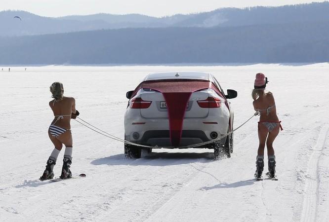 Các cô gái trượt tuyết tham gia Siberia Spring Strings trên sông Enisei