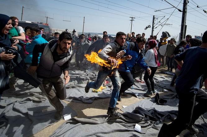 Một người tự thiêu trong cuộc biểu tình tại trại tị nạn trên biên giới Hy Lạp-Macedonian