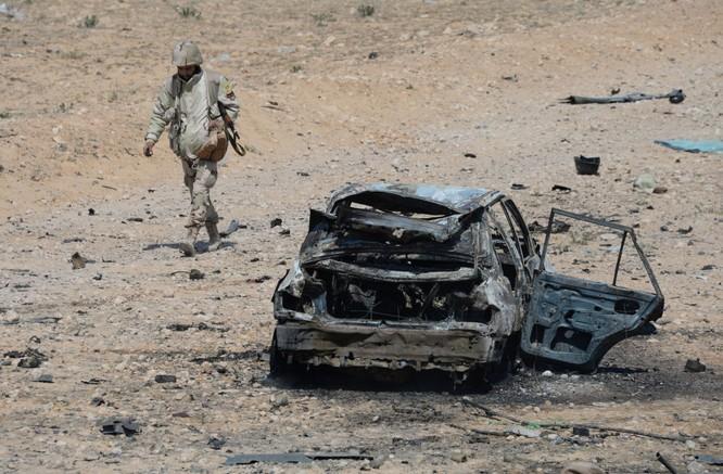 Một chiến sĩ đội dân quân Chim ưng sa mạc ở cửa ngõ Palmyra