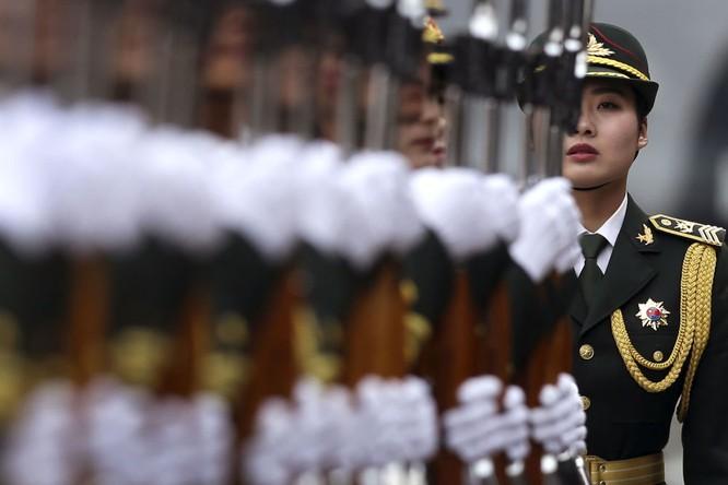 Nữ quân nhân Quân đội Giải phóng Trung Quốc trong lễ đón Tổng thống Đức Joachim Gauck tại Bắc Kinh
