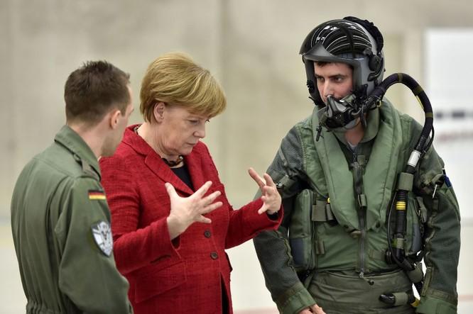 Thủ tướng Đức Angela Merkel bên cạnh các phi công trong chuyến thăm căn cứ không quân Đức ở Nerfenihe, Đức
