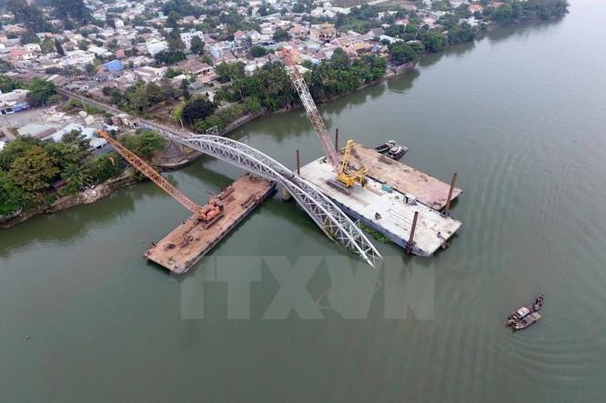Cận cảnh trục vớt phần cầu Ghềnh bị sập sau vụ tai nạn ảnh 1