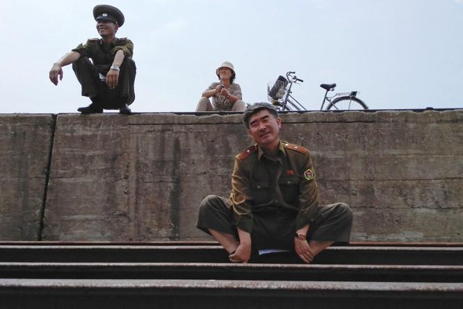Cuộc sống ở Triều Tiên qua những bức ảnh chụp vội bằng di động ảnh 1