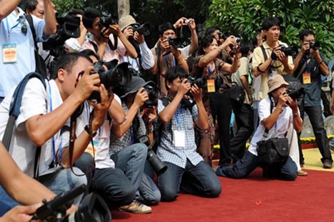 Phóng viên báo chí tác nghiệp