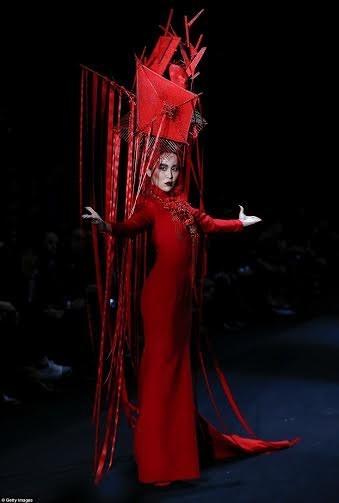 """Kinh dị show thời trang """"đẫm máu"""" ở Trung Quốc ảnh 15"""