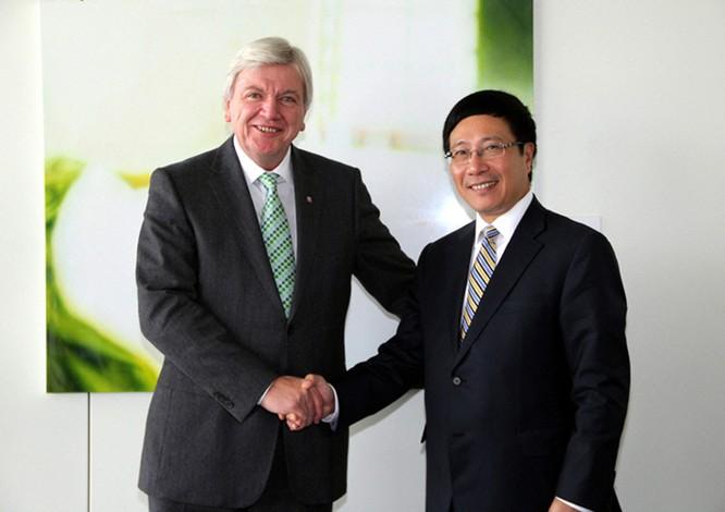 Ông Phạm Bình Minh (phải) và Thủ hiến bang Hessen Volker Bouffier (CHLB Đức)
