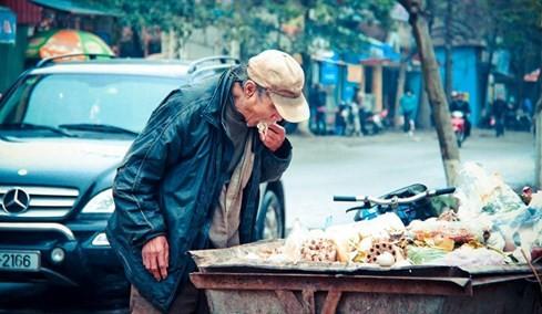 Bức ảnh ông lão nhặt thức ăn từ thùng rác lay động dân mạng ảnh 1