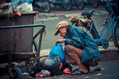 Bức ảnh ông lão nhặt thức ăn từ thùng rác lay động dân mạng ảnh 2