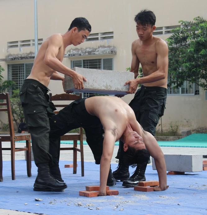 Xem cảnh sát cơ động biểu diễn sức mạnh 'mình đồng da sắt' ảnh 9