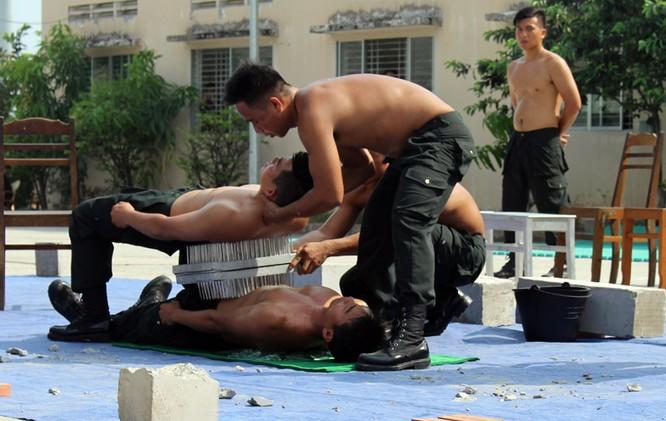 Xem cảnh sát cơ động biểu diễn sức mạnh 'mình đồng da sắt' ảnh 10