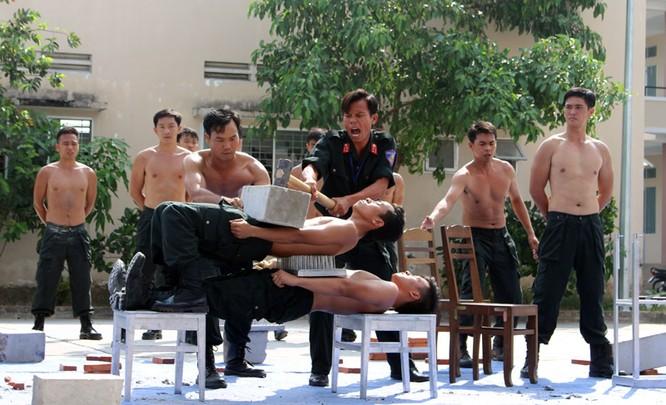 Xem cảnh sát cơ động biểu diễn sức mạnh 'mình đồng da sắt' ảnh 11