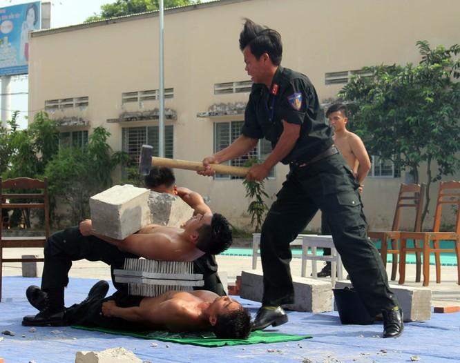 Xem cảnh sát cơ động biểu diễn sức mạnh 'mình đồng da sắt' ảnh 12