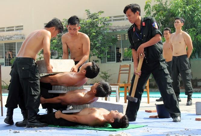 Xem cảnh sát cơ động biểu diễn sức mạnh 'mình đồng da sắt' ảnh 13